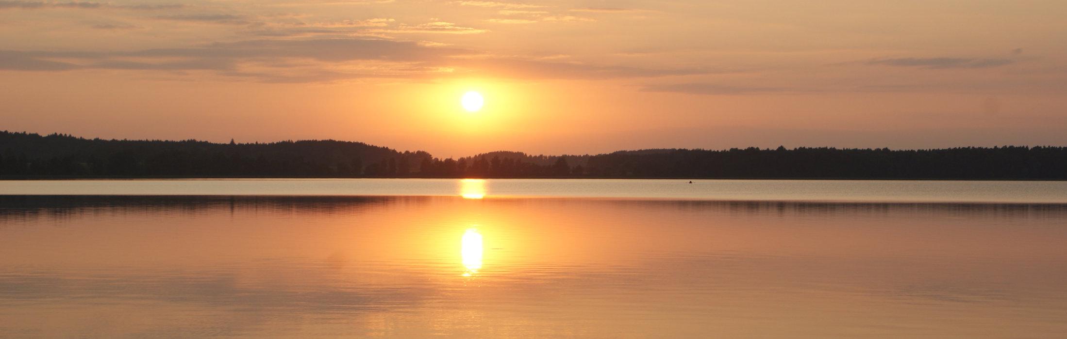 Zachód słońca nad mazurskim jeziorem
